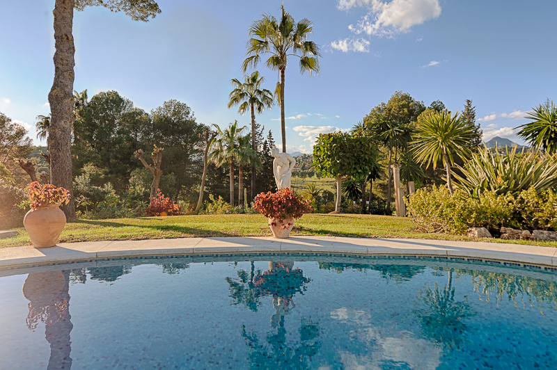 5 Bedroom Villa for sale in Estepona €1,250,000